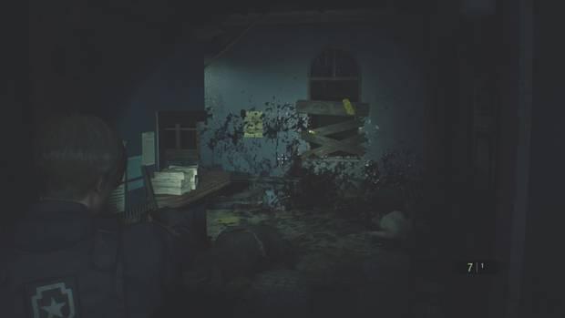 Beklemmend wird es auch in Leon's Teil der Story - und blutig. Die Fenster vernagelt man übrigens selbst, ansonsten plumpst ab und an ein Untoter durch.