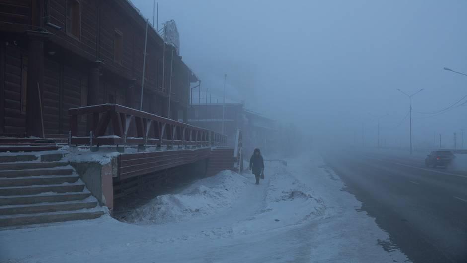 Ein Bewohner unterwegsin der Kälte und Dunkelheit von Jakutsk (Archivbild)