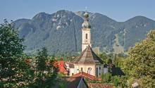 Blick auf das Dorf Lenggries mit byrischer Zwiebelturm-Kirche