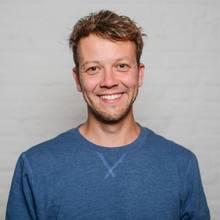 """Michael Bohmeyer, geboren 1984, ist Gründer des Vereins """"Mein Grundeinkommen"""". Mit 16 Jahren gründete er sein erstes Start-up, die Beteiligung an seiner letzten Firma finanziert ihm eine Art Grundeinkommen von knapp 1000 Euro monatlich. Das veränderte sein Leben. Um herauszufinden, ob das allen Menschen so geht, verschenkte er das erste bedingungslose Grundeinkommen in Deutschland, das per Crowdfunding gesammelt wurde. Inzwischen arbeiten 25 Mitarbeiter für den Verein, der jährlich dreiMillionen Euro über Spenden einwirbt und monatlich mehrere Grundeinkommen verlost."""