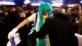 Einlasskontrolle beim Konzert von Hatsune Miku in Paris – vergangenes Jahr kam sie erstmals nach Europa. Ein Fan trägt das Outfit seines Idols. Von der realen Welt sei er enttäuscht, sagt er.