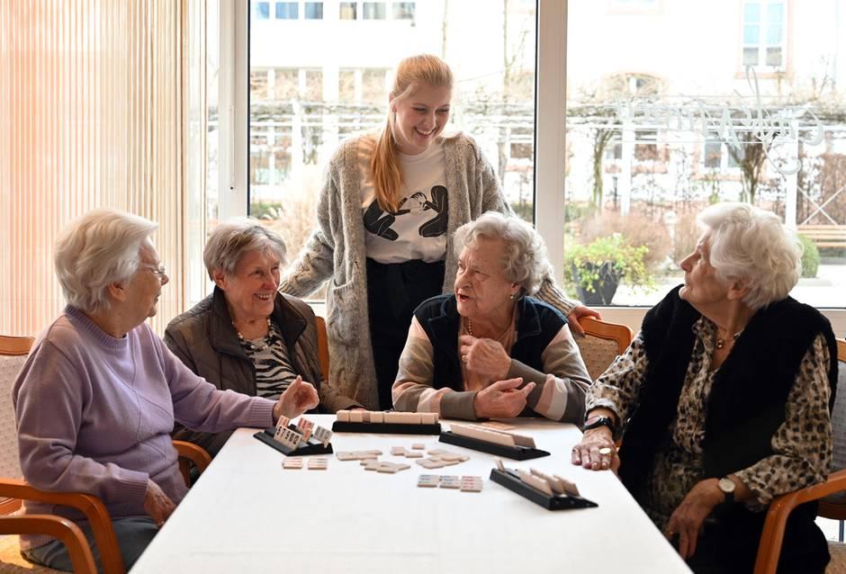 Studentin Anne Bourgmeyer wohnt mietfrei in einer Seniorenresidenz