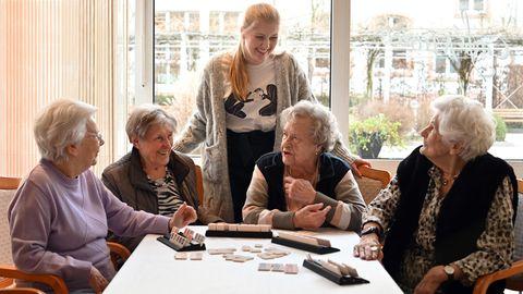 Wohnprojekt in Trier: Studentin lebt mietfrei in Seniorenresidenz, die Rentner sind begeistert