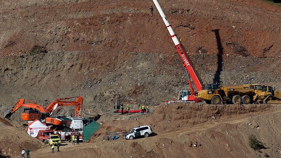 In Totalan im Süden Spaniens wird mit schwerem Gerät nach dem kleinen Julen gegraben. Der Jungesoll am 13. Januar bei einem Ausflug mit seinen Eltern in einen 107 Meter tiefen, illegal gegrabenen Schacht gefallen sein.