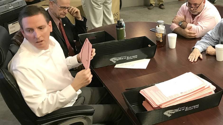 """Nach nicht einmal einem Monat im Amt tritt Mike Ertel (weißes Hemd) als """"Secretary of State"""" Floridas zurück"""