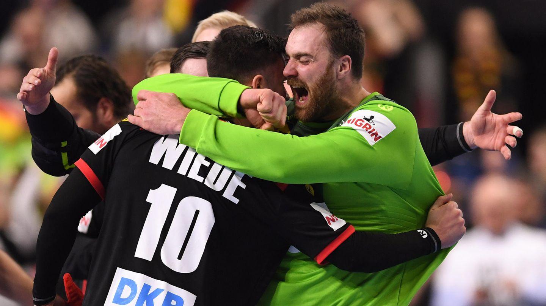 Deutschlands Torwart Andreas Wolff (r.) jubelt mit Fabian Wiede nach dem Sieg gegen Kroatien am vergangenen Montag