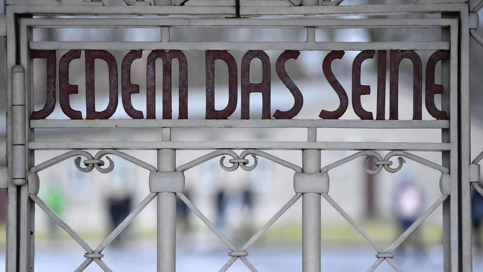 """Der Schriftzug """"Jedem das Seine"""" ist am Lagertor auf dem früheren Appellplatz in der Gedenkstätte Buchenwald zu sehen"""