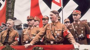 Adolf Hitler auf einer Kundgebung