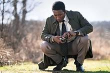 """In der dritten Staffel der komplexen Thriller-Serie """"True Detective""""steht ein Polizistenduo aus Arkansas im Mittelpunkt: Mahershala Ali und Stephen Dorff stöbern in einem Vermisstenfall, der schnell zur Mordermittlung wird und sich als Wespennest von Satanismus, Pädophilie und Rassismus erweist. Dicht erzählt, beklemmend, bewegend, spannend. Zu sehen bei Sky."""