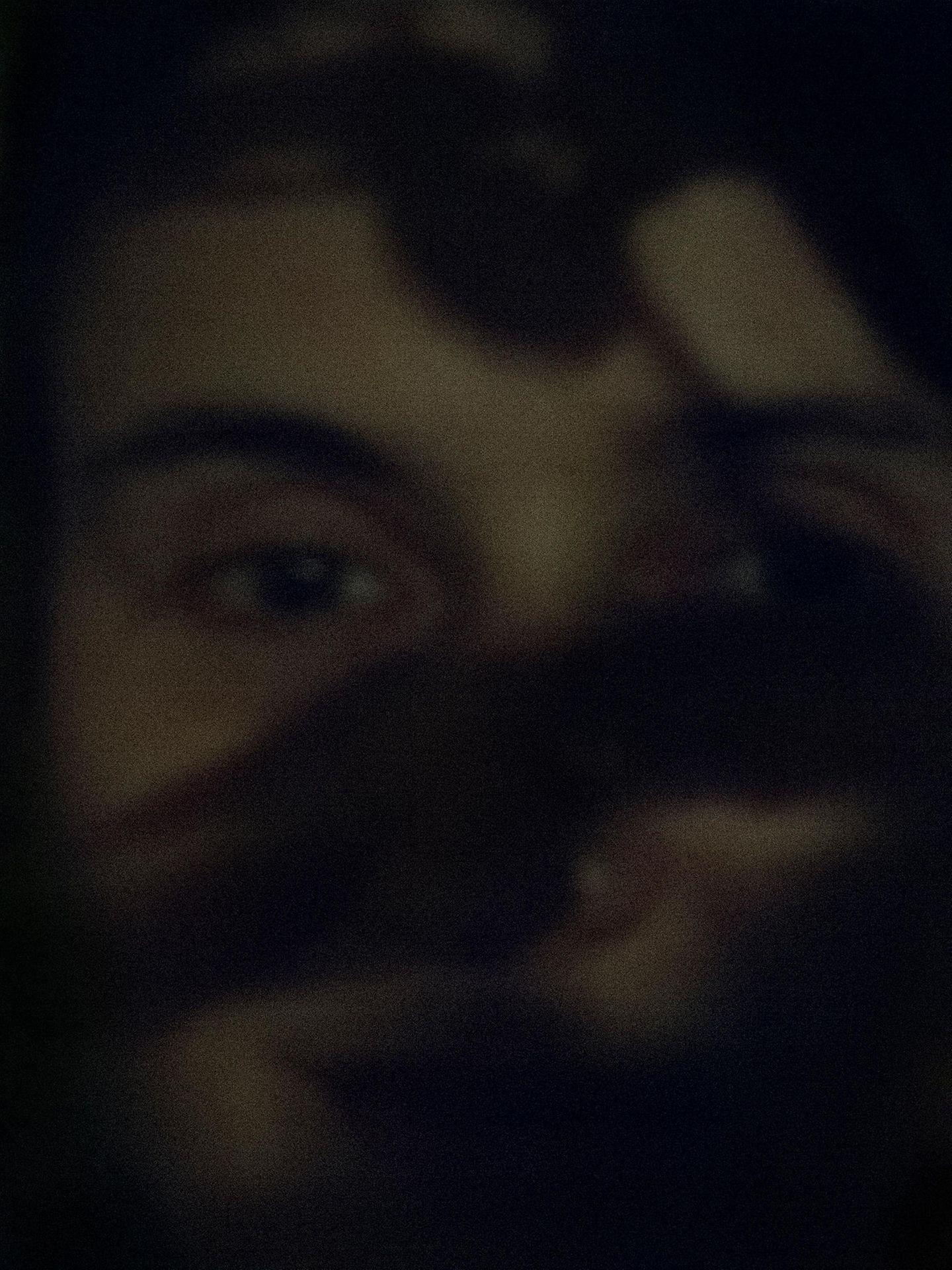 Das Gesicht einer Frau hinter einem schwarzen Schatten