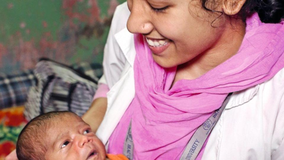 17 Tage ist der Kleine alt, er leidet an Neugeborenengelbsucht. Afroja berät seine Mutter.