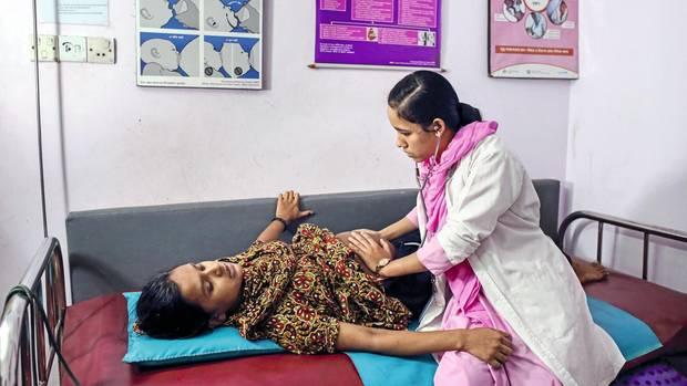 Zwischen zwei Wehen untersucht Afroja Akter eine Hochschwangere in dem Geburtshaus, in dem sie angestellt ist. Allein hier wurden im vergangenen Jahr mehr als 500 Babys geboren.
