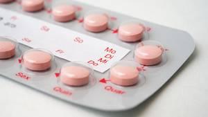 Eine Packung Antibabypille liegt auf dem Tisch