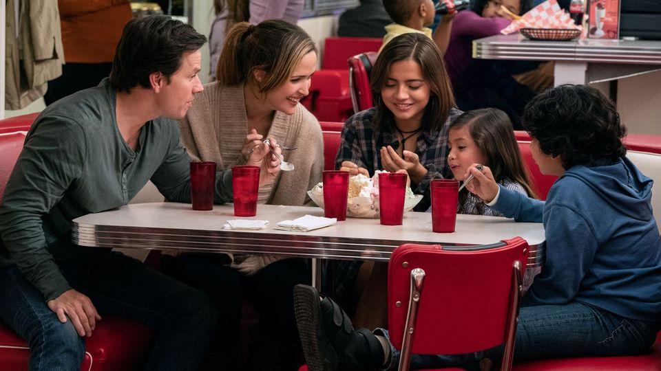 Ehepaar Wagner sitzt mit seinen drei Kindern in einer Eisdiele