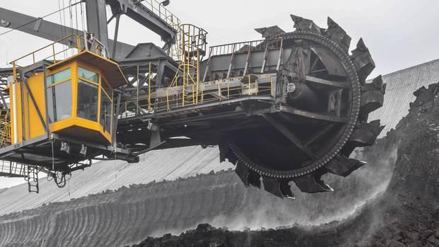Ein Schaufelradbagger trägt Kohle im Braunkohletagebau Welzow-Süd der Lausitz Energie Bergbau AG (LEAG) ab