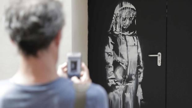 Das dem Streetart-Künstler Banksy zugeschriebene Kunstwerkauf einerNotausgangstür des Bataclan