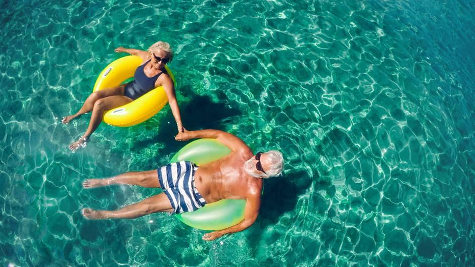 Rentner im Pool