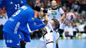 Frankreichs Luc Abalo ringt Jannik Kohlbacher nieder