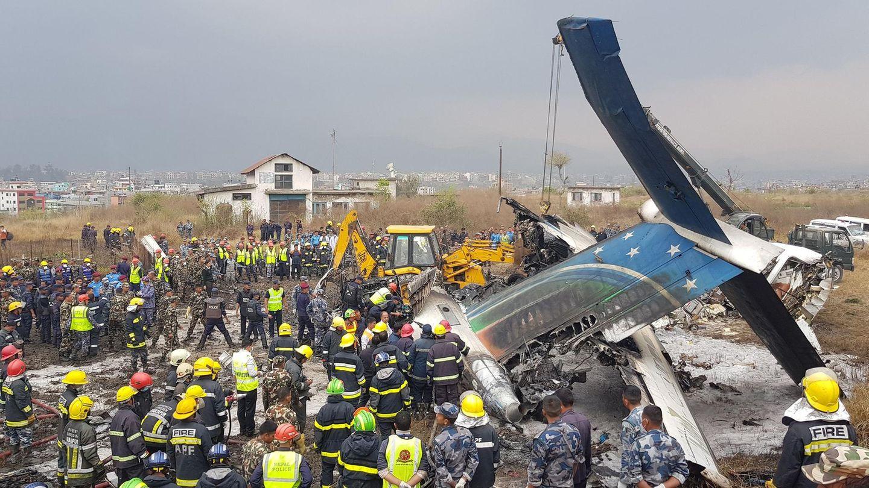 Bergungsarbeit am Rande desTribhuwan International Airport bei Kathmandu: das Leitwerk der im März 2018 abgestürztenDash 8-400