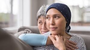 Tipps für Angehörige nach einer Krebs-Diagnose: Zwei Frauen sitzen auf einer Couch
