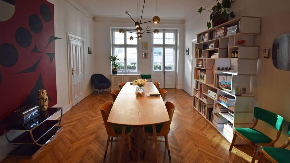 Das Ess- und Wohnzimmer des HotelsAutor Roomsin Warschau: Morgens treffen sich die Gäste der vier Zimmer zum Frühstück am langen Tisch und kommen ins Gespräch.