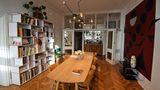 Bildbände, Literatur und Kaffeemaschine im Wohnzimmer: An der verspiegelten Anrichtekann sich jeder Gast bei den Drinks bedienen.