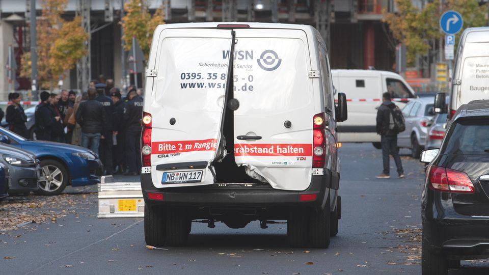 Mit aufgebrochenen Türen steht der Geldtransporter auf der Alexanderstraße/Ecke Schillingstraße