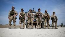 Soldaten der Bundeswehr hören im Feldlager in Kundus