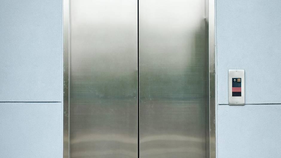 Ein Aufzug in einem Gebäude