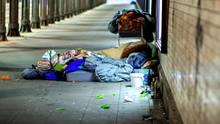 Ein Obdachloser liegt unter einer Eisenbahnunterführung (Symbolbild)