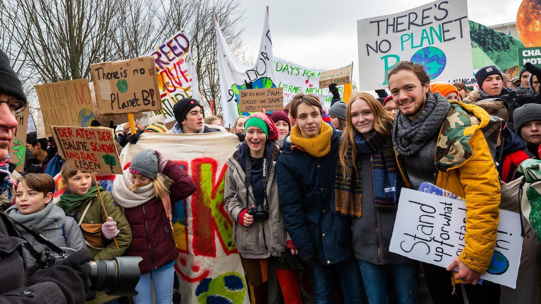 """Vergangene Woche Freitag in Berlin:Teilnehmer der Demo """"Fridays for Future"""", darunter die vier stern-Gesprächspartner Ronja H.,Linus S.,Ragna D.undFlorian F.(vorn Mitte, von links nach rechts)"""