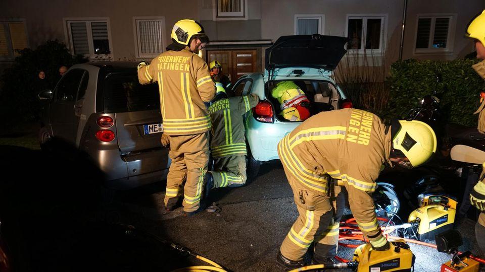 Nachrichten Deutschland: Die Rettungskräfte mussten den Mann aus seinem Wagen befreien