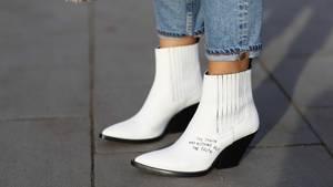 Bloggerin Aylin König trägt weiße Stiefel