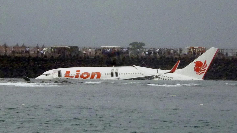 Zu den Schlusslichtern der Jacdec-Untersuchung gehören Airlines aus Indonesien: Der Billigflieger Lion Air verzeichnet seit der Gründung im Jahr 2000 allein 14 schwere Zwischenfälle und 8 Totalverluste von Flugzeugen. Das Bild zeigteine Boeing 737, die am 13. April 2013die Landebahn des Ngurah Rai Airport auf Bali verfehlt hatte.  Jacdec-Risikoindex: 54,20 Prozent (je höher der Prozentwert, desto besser ist sie bewertet), Tendenz negativ