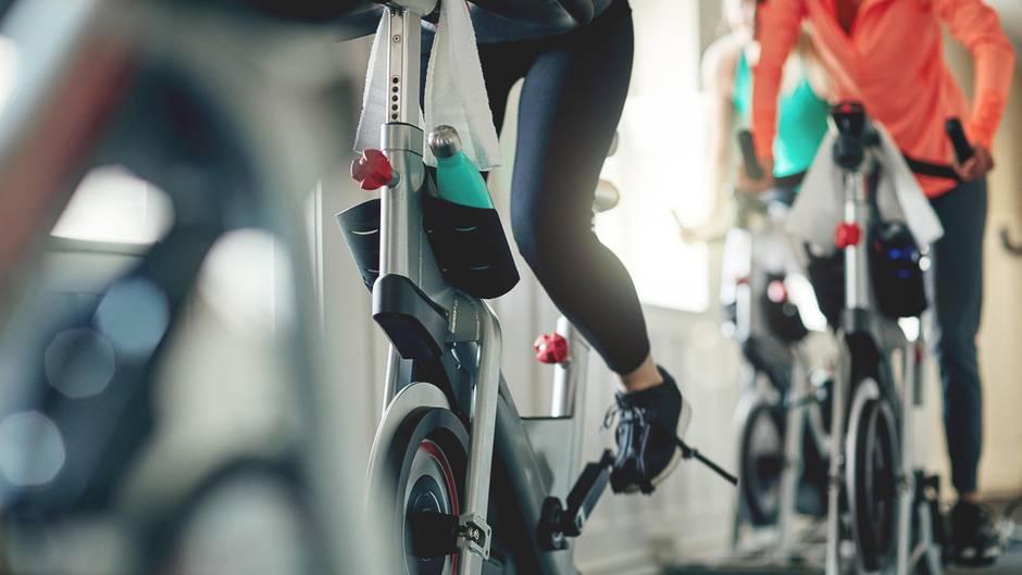 Frau auf Spinning-Rad