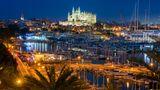 Spanien: Palma de Mallorca  Zu den wichtigsten Drehscheiben des Kreuzfahrttourimusim westlichen Mittelmeer zählt Palma. Durch den von fast allen deutschen Flughäfen leicht zu erreichenden Flughafen reisen die Passagiere an und ab. Die Estacion Maritima im Westen vom Port de Palma ist sieben Kilometer vom Stadtzentrum entfernt. Deshalb ist ein Transport mit der Buslinie 1, einem Shuttle oder ein Taxifür einen Stadtbesuch erforderlich.