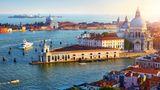 Italien: Venedig  Die Kreuzfahrtschiffe machen am Nordwestende der Lagunenstadt in der Nähe des Bahnhofs Santa Lucia fest. Zum Flughafen sollte man eine knappe Stunde mit dem Bus einplanen. Die Stadt lässt sich bestens zu Fuß und mit dem Wassertaxi erkunden. Die atemraubende Ein- und Ausfahrt durch den Giudecca-Kanal (Foto) bleibt großen Schiffen weiterhin gestattet, nachdem ein Verwaltungsgericht das Verbot gekippt hat.