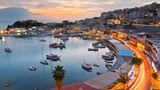 Griechenland: Piräus  Piräus, der Hafen von Athen, ist per U-Bahn mit Athen und sogar dem Flughafen verbunden. Die Stadt selbst bietet mit Akropolis, Parthenon und Plaka einige der Highlights im östlichen Mittelmeer. Tagesausflüge führen auch bis nach Delphi.