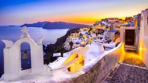 Griechenland:Santorin:Die Kykladen-Insel vulkanischen Ursprungs mit ihren schneeweißen Häuserngehört zu den Highlights im Mittelmeer