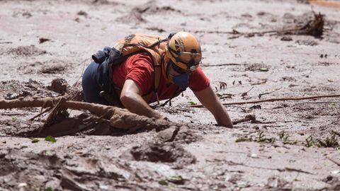 Retter sucht im Schlamm der Erzmine bei Brumadinho in Brasilien nach Überlebenden