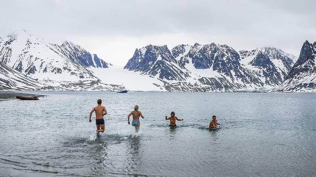 Ein paar Mutige baden im Gletschersee, das Wasser hat nur drei Grad Celsius.