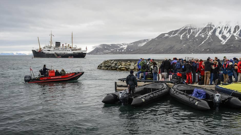 """Einschiffung der mehr als 60 Jahre alten""""MS Nordstjernen"""" mit 70 Touristen, sechs Guides und 24 Besatzungsmitglieder"""