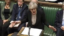 Theresa May während der Brexit-Debatte: Das britische Unterhaus hat sich mit knapper Mehrheit gegen einen harten Brexit gewandt