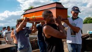 Brasilien: Eine Beerdigung in Brumadinho, wo eine Schlammlawine mutmaßlich über 350 Menschen tötete
