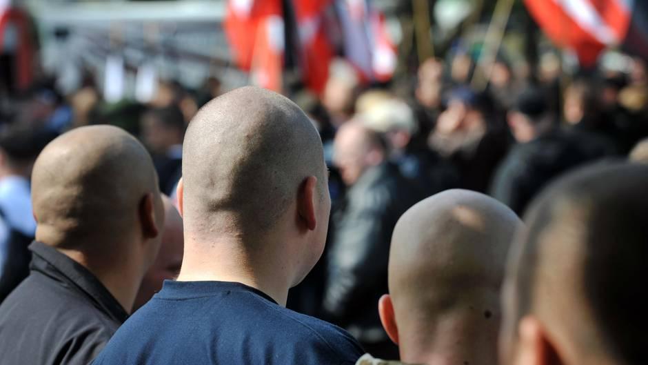 Neonazis auf einer Kundgebung (Archivbild)