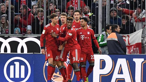 Leon Goretzka, Thomas Müller, Kingsley Coman, Mats Hummels und Serge Gnabry (v.l.n.r.) feiern Goretzkas Treffer gegen Stuttgart