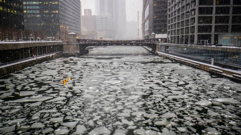 """Eisschollen treiben auf dem Chicago River in der Nähe der Adams Street. Verantwortlich für die """"arktische Kälte"""" ist der sogenannte Polarwirbel, ein Band kalter Westwinde, das normalerweise über dem Nordpol kreist."""
