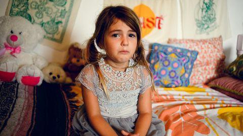 Trauriges Kind schaut in die Kamera