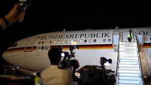 """Der Airbus """"Theodor Heuss"""" am Sonntag nach der Landung in Addis Abeba. Die Parkzeit des Regierungsfliegers verlängerte sich dort wegen eines Defekts an der Maschine."""