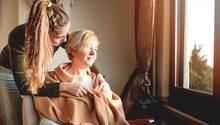 Demenz: Frau kümmert sich um ältere Person